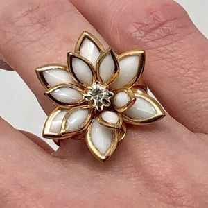 ❤️ 5 for $15 Gold tone White floral ring Size 7-8